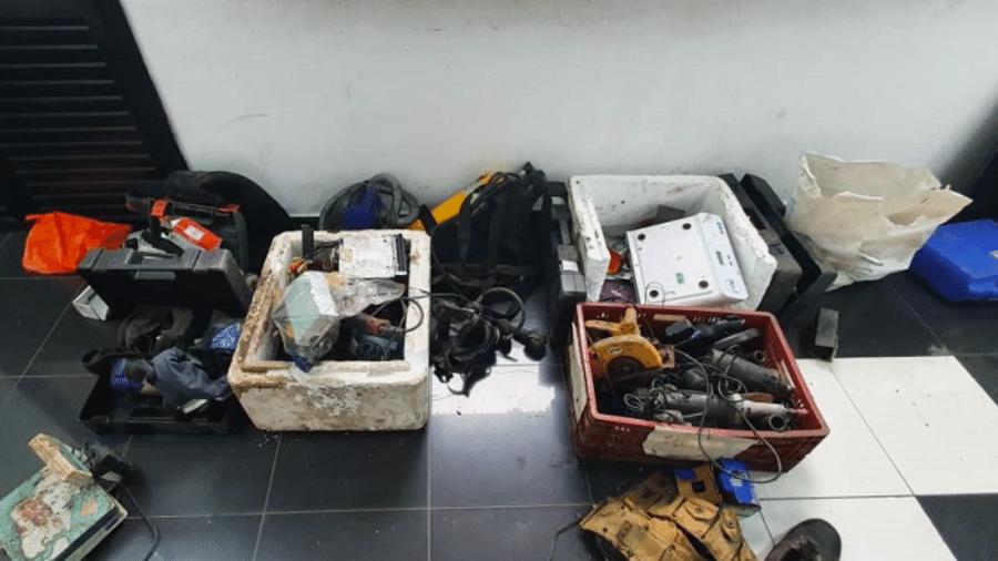 Homem é preso dentro de esgoto com objetos roubados - Divulgação/PMSP