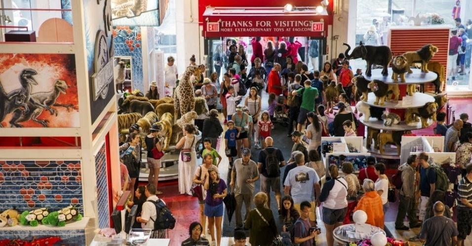 15.jul.2015 - Multidão lota a tradicional loja de brinquedos FAO Schwarz, que fica na Quinta avenida, em Nova York (EUA), nesta quarta-feira (15), no seu último dia de funcionamento. A FAO Schwarz já teve vários endereços na