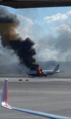 8.set.2015 - Chamas emanam de um avião da companhia aérea British Airways na pista de pouso do Aeroporto Internacional McCarran, em Las Vegas. Todos os 159 passageiros e 13 membros da tripulação que estavam a bordo foram retirados da aeronave. O Boeing 777-200 tinha como destino final o aeroporto londrino de Gatwick. O incêndio teria começado no motor esquerdo do avião