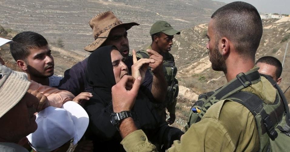 11.set.2015 - Agricultores palestinos discutem com soldados israelenses depois da proibição de cultivar e terrenos próximos a assentamentos judeus ao norte de Hebron