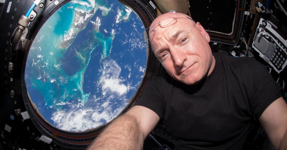 GOSTOU DE LÁ - O astronauta norte-americano Scott Kelly, 50, completou 383 dias passados no espaço, nesta sexta-feira (16), e quebrou o recorde anterior, detido pelo astronauta Mike Fincke, que tinha passado 382 dias. Kelly vai quebrar um novo recorde, no dia 29 de outubro, por 216 dias consecutivos passados no espaço. Esta é a segunda estadia de Scott Kelly na Estação Espacial Internacional (ISS) e ele é, atualmente, o comandante da Expedição 45. Esta foto é do dia 12 de julho e foi tirada em uma cúpula da ISS que tem uma vista de 360º da Terra. Kelly vai voltar à Terra no dia 3 de março de 2016 (completando 522 dias no espaço)