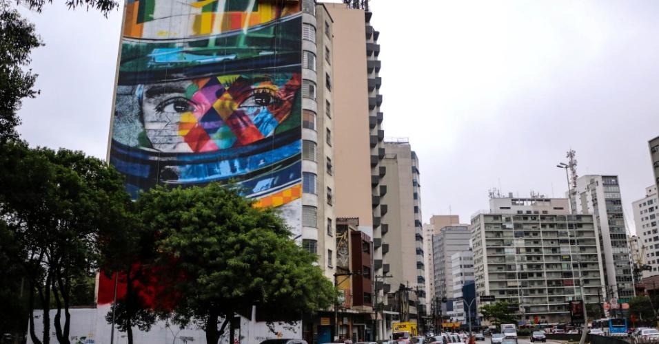 28.out.2015 - O artista plástico Eduardo Kobra homenageia o tricampeão mundial de Fórmula 1 Ayrton Senna com um mural gigante pintado no cruzamento da rua da Consolação com a avenida Paulista, em São Paulo (SP)