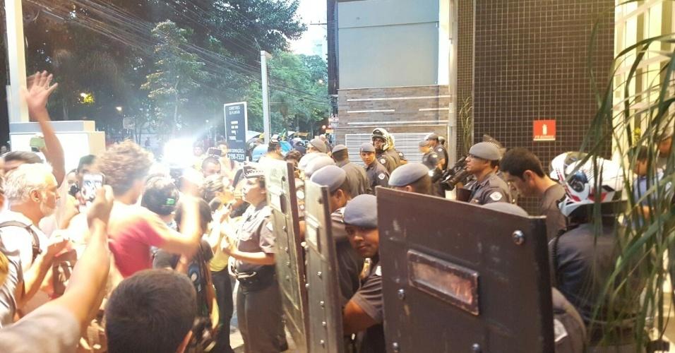 12.nov.2015 - Tropa de choque chega ao colégio Fernão Dias, na zona oeste de São Paulo. Estudantes seguem acampados dentro da escola em protesto à reorganização da rede estadual pública de ensino