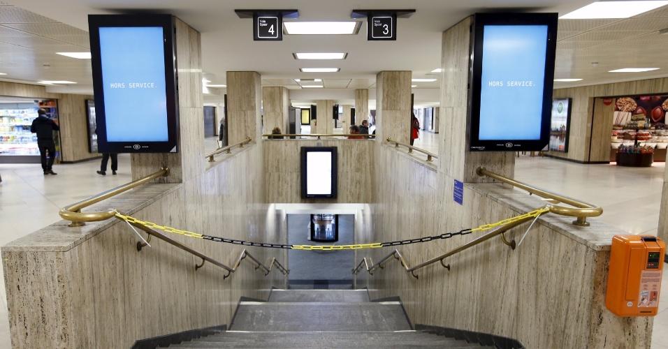 22.nov.2015 - Monitor no acesso a estação de trem em Bruxelas, na Bélgica, avisa que o serviço de transporte não está em funcionamento, neste domingo, pelo segundo dia seguido. A região da capital belga está em alerta máximo por risco de ataque terrorista iminente no país