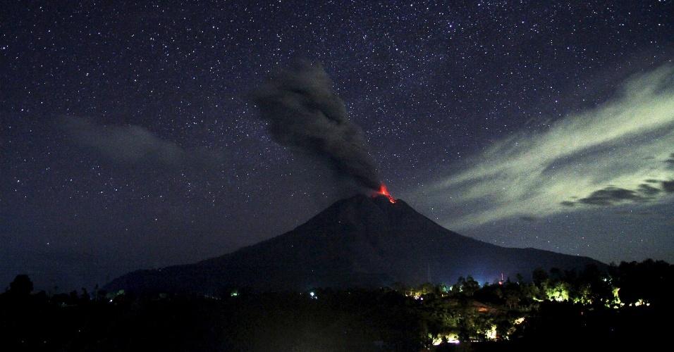 8.jan.2016 - O vulcão Sinabung expele lava e cinzas durante erupção, vista desde o vilarejo de Pancur, em Karo, no norte de Sumatra, na Indonésia. A imagem foi feita na quinta-feira (7) e divulgada hoje