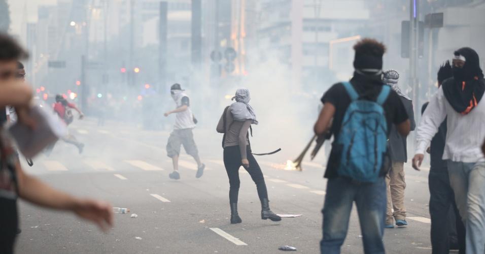 12.jan.2016 - Polícia atirou bombas em manifestantes antes mesmo de protesto contra aumento da tarifa começar a se movimentar em São Paulo. Cordões de isolamento de policiais