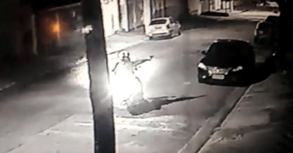 17.jan.2016 - Um guarda municipal foi morto a tiros na noite desse sábado (16), no Sacomã, na zona sul de São Paulo. Segundo a polícia, o agente, que estava à paisana, caminhava para casa após um dia de trabalho e foi surpreendido por um homem armado em uma moto. O suspeito, que utilizava um capacete, sacou a arma e atirou, contra a vítima, que ainda tentou reagir, mas acabou baleada e morta. Não se sabe ainda a motivação do crime. O guarda tinha seis anos de corporação