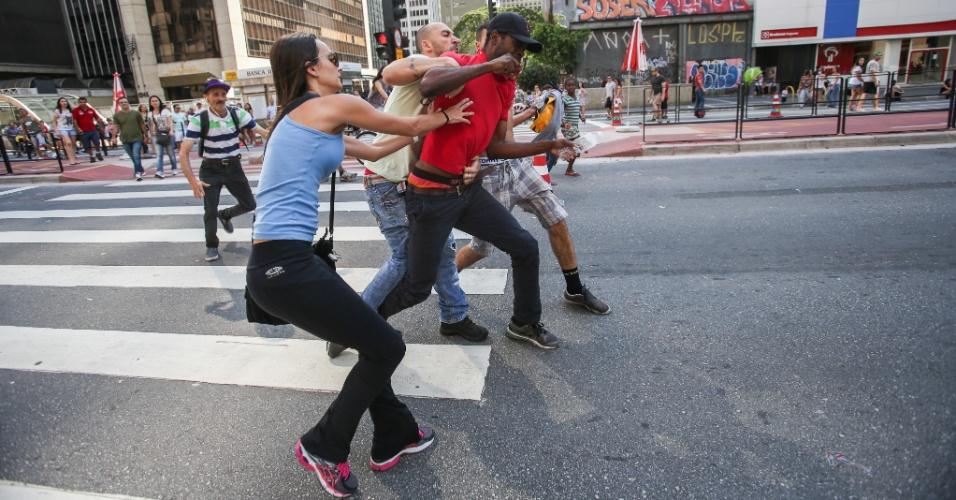 25.jan.2016 - Homem é contido por populares após supostamente furtar o celular de uma mulher que tirava fotos da avenida Paulista, em São Paulo, no dia do aniversário da capital paulista. O suspeito foi encaminhado para policiais, que registraram o caso no 78º Distrito Policial