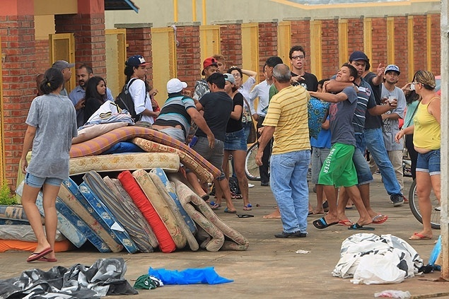 Pais enfrentam alunos durante desocupação de escolas em Goiás