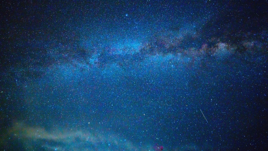 Imagem ilustrativa do céu noturno durante a passagem de um meteoro - iStock