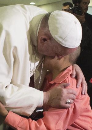 Papa Francisco abraça criança durante visita em hospital pediátrico na Cidade do México