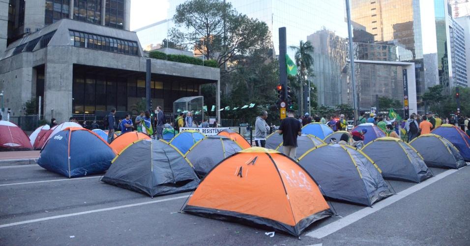 18.mar.2016 - Manifestantes seguem acampados em frente à Fiesp, na avenida Paulista, em São Paulo (SP), em protesto contra o governo Dilma na manhã desta sexta-feira (18). Um ato à favor da presidente Dilma está marcado para às 16h desta sexta-feira (18)