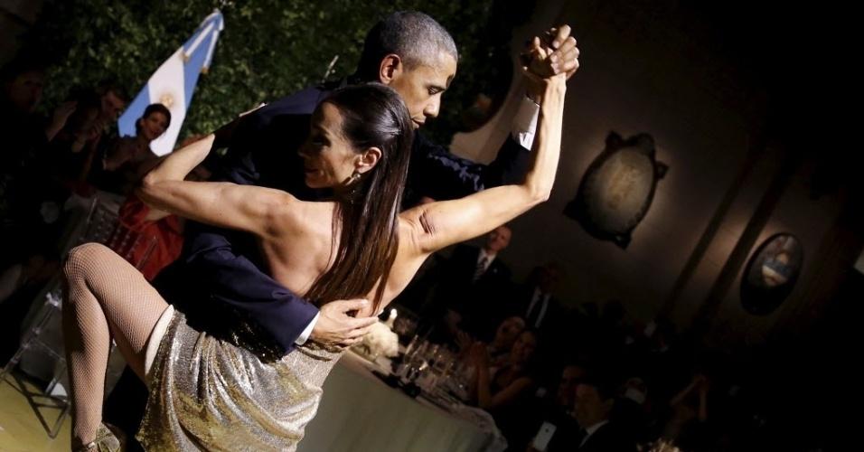 23.mar.2016 - O presidente dos EUA, Barack Obama, dança tango durante jantar oferecido pelo presidente argentino, Maurício Macri, no Centro Cultural Kirchner, em Buenos Aires, durante primeiro de dois dias de visita ao país sul-americano