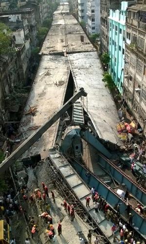 31.mar.2016 - Equipe de resgate atente a vítimas de viaduto que desabou em Calcutá (Índia). As autoridades estimam que cerca de 100 pessoas estejam soterradas da estrutura, e ainda não há informações sobre mortes