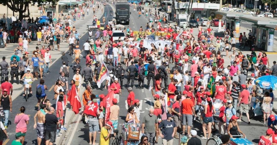 17.abr.2016 - Manifestantes protestam contra o impeachment da presidente Dilma Rousseff, na avenida Atlântica, na praia de Copacabana, zona sul do Rio de Janeiro