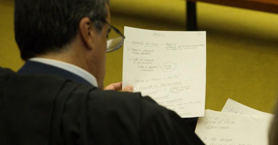 20.abr.2016 - O advogado-geral da União, José Eduardo Cardozo, faz anotações no início da sessão do Supremo Tribunal Federal, em Brasília. O STF adiou o julgamento sobre a posse do presidente Luiz Inácio Lula da Silva na chefia da Casa Civil no governo Dilma Rousseff, sem nova data prevista para discutir o tema