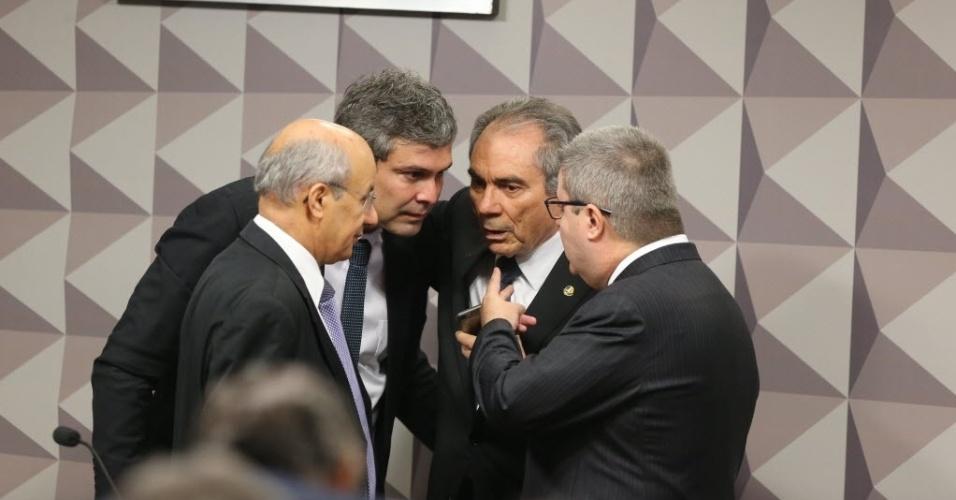 27.abr.2016 - Senadores conversam antes do início da segunda reunião da comissão especial do impeachment do Senado, que avalia o processo de afastamento da presidente Dilma Rousseff