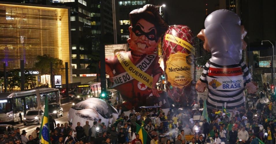 11.mai.2016 - Na avenida Paulista, em São Paulo, manifestantes contrários à presidente Dilma erguem pixulecos relacionados a Lula, Dilma e a uma mortadela. O movimento no local, até as 22h, era pequeno e bem abaixo do observado em outros protestos contra o governo
