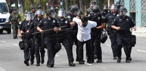 25.mai.2016 - Manifestante é contido por policiais durante comício de Trump na Califórnia