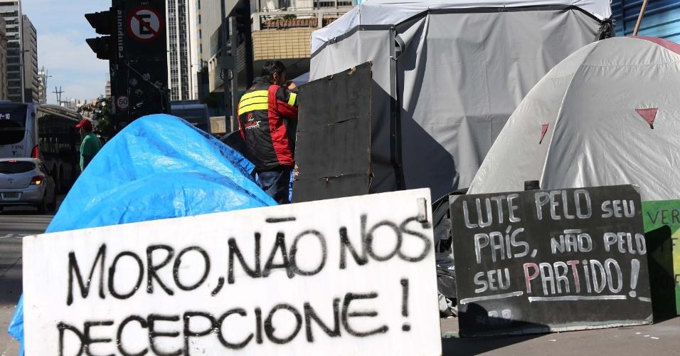 14.jun.2016 - Manifestantes seguem acampados em frente ao prédio da Federação das Indústrias do Estado de São Paulo, na avenida Paulista, região central de São Paulo (SP), a favor da cassação da presidente afastada, Dilma Rousseff