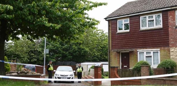 Policiais fazem a guarda da casa de Thomas Mair, apontado como suspeito pela morte da parlamentar britânica Jo Cox, na Inglaterra