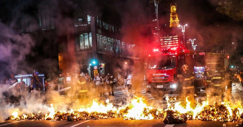 29.ago.2016 - Bombeiros apagam barricada na avenida Paulista, no centro de São Paulo, durante ato contra o presidente interino, Michel Temer, e contra o impeachment da presidente afastada, Dilma Rousseff. Atos simultâneos acontecem em outras capitais do Brasil