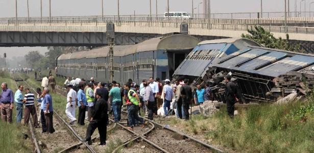 Trem tombou após se chocar com barreiras de ferro em uma via secundária