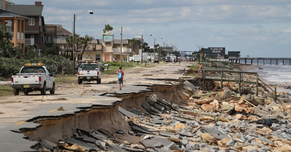 8.out.2016 - A orla da praia de Flagler, na Flórida (EUA), teve estragos na pavimentação à beira-mar provocados pela passagem do furacão Matthew pela região. Mais de 1,4 milhão de pessoas no sudeste do país ficaram sem energia elétrica na manhã de sábado