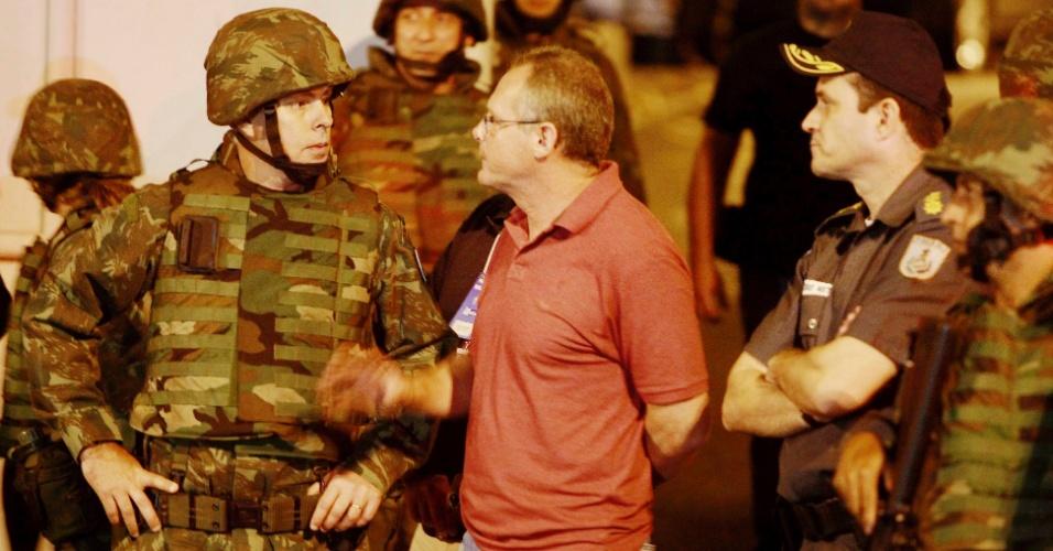14.out.2012 - O secretário de Segurança do Rio de Janeiro, José Mariano Beltrame, participa de ocupação policial nas favelas de Manguinhos, Mandela e Jacarézinho, na zona norte