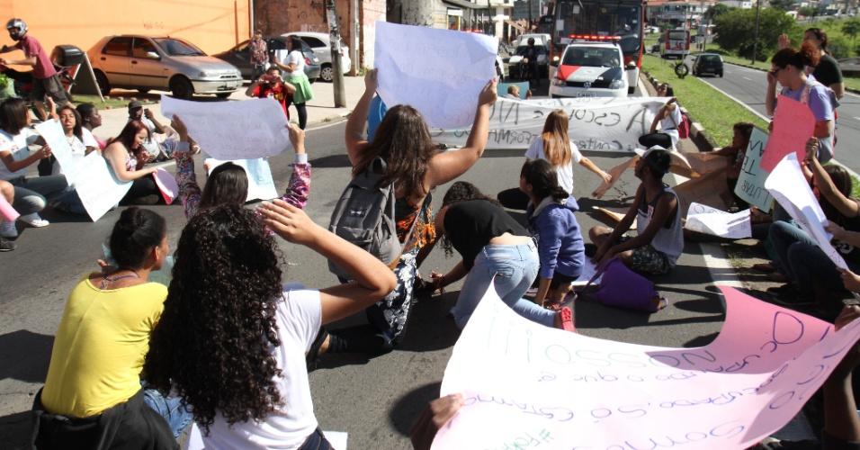 28.out.2016 - Estudantes de escolas desocupadas pela Polícia Militar na cidade de Campinas, no interior de São Paulo, realizaram um protesto na manhã desta sexta-feira (28), na região do Campo Grande. Eles bloquearam a avenida John Boynd Dunlop em ato contra a PEC 241, que limita o crescimento dos gastos públicos nos próximos 20 anos