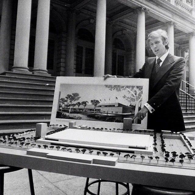 Donald Trump apresenta projeto para o Centro de Convenções de Nova York, na década de 1970