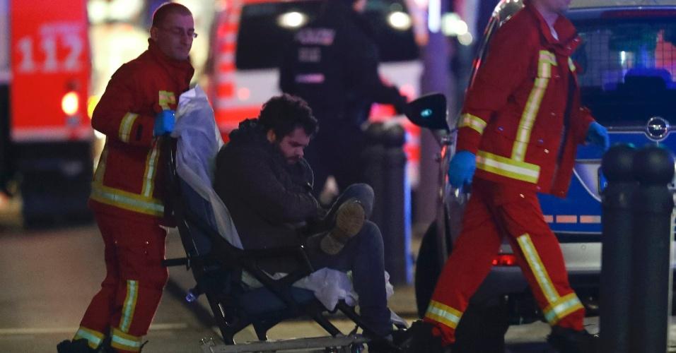 19.dez.2016 - Bombeiro socorre vítima após um caminhão invadir uma feira natalina no oeste de Berlim, na Alemanha