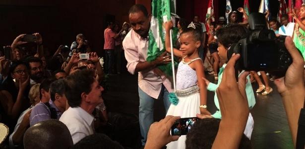Crivella brinca com criança durante apresentação de sambistas em evento no Rio