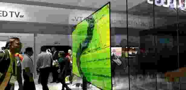 Nova TV da LG, a Signature W7, é absurdamente fina e gruda com imãs na parede - Márcio Padrão/UOL - Márcio Padrão/UOL