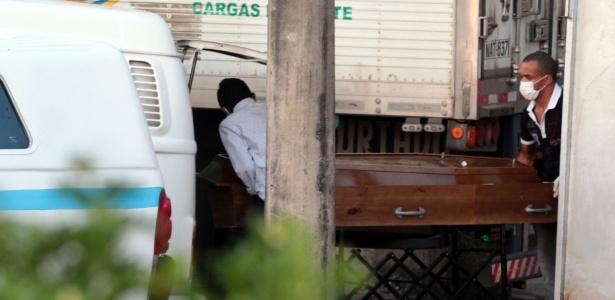 Funerárias retiram corpos de detentos mortos na Penitenciária Agrícola de Monte Cristo