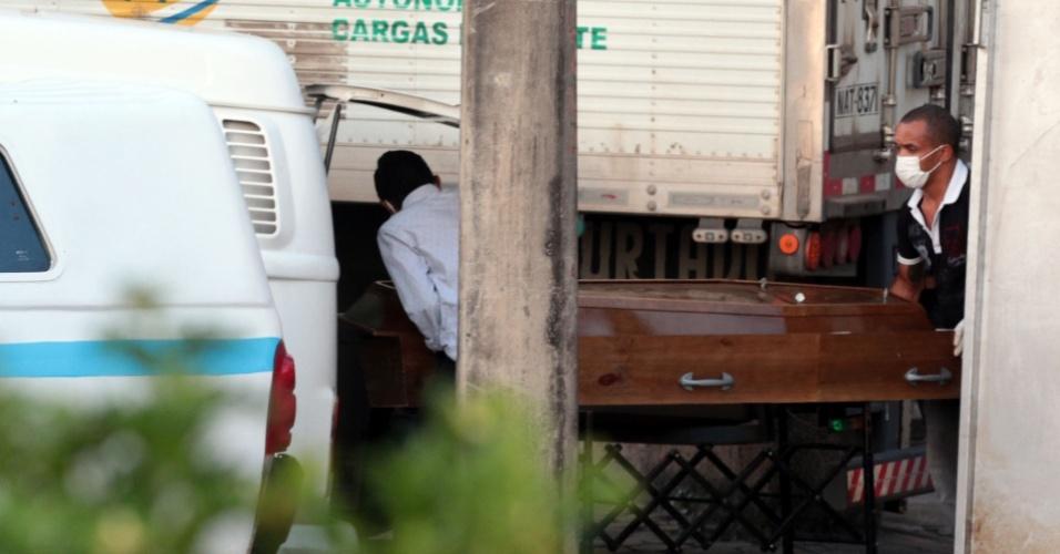 6.jan.2017 - No IML (Instituto Médico Legal, funerárias retiram corpos de detentos mortos no massacre da Penitenciária Agrícola de Monte Cristo, na zona rural de Boa Vista. A chacina no presídio, ocorrida na madrugada desta sexta-feira, deixou, ao menos, 31 mortos