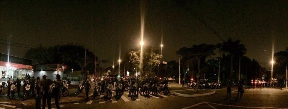 PMs fecham os cruzamentos da rua Colômbia com a avenida Europa e impedem manifestantes de entrar no bairro Jardim Europa, onde vive o prefeito João Doria (PSDB)