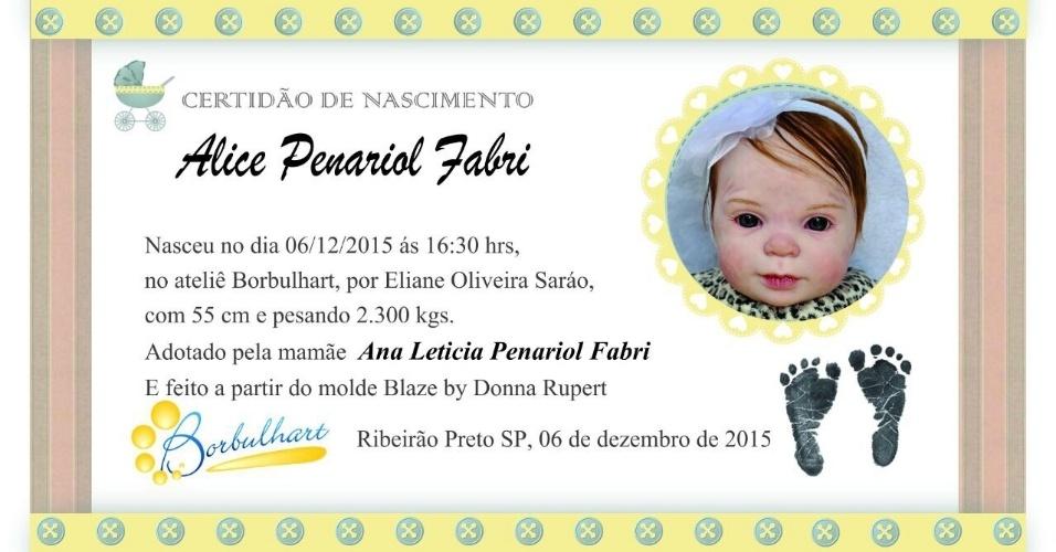 A artesã  Eliane Fátima de Oliveira Franco Saráo criou a Bortulhart em Ribeirão Preto (SP), que faz bonecos que imitam bebês de verdade. Na foto, certidão de nascimento da boneca
