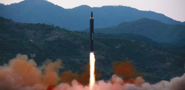 Imagem divulgada domingo (14) pela agência oficial de notícias da Coreia do Norte mostra teste de míssil em local não identificado