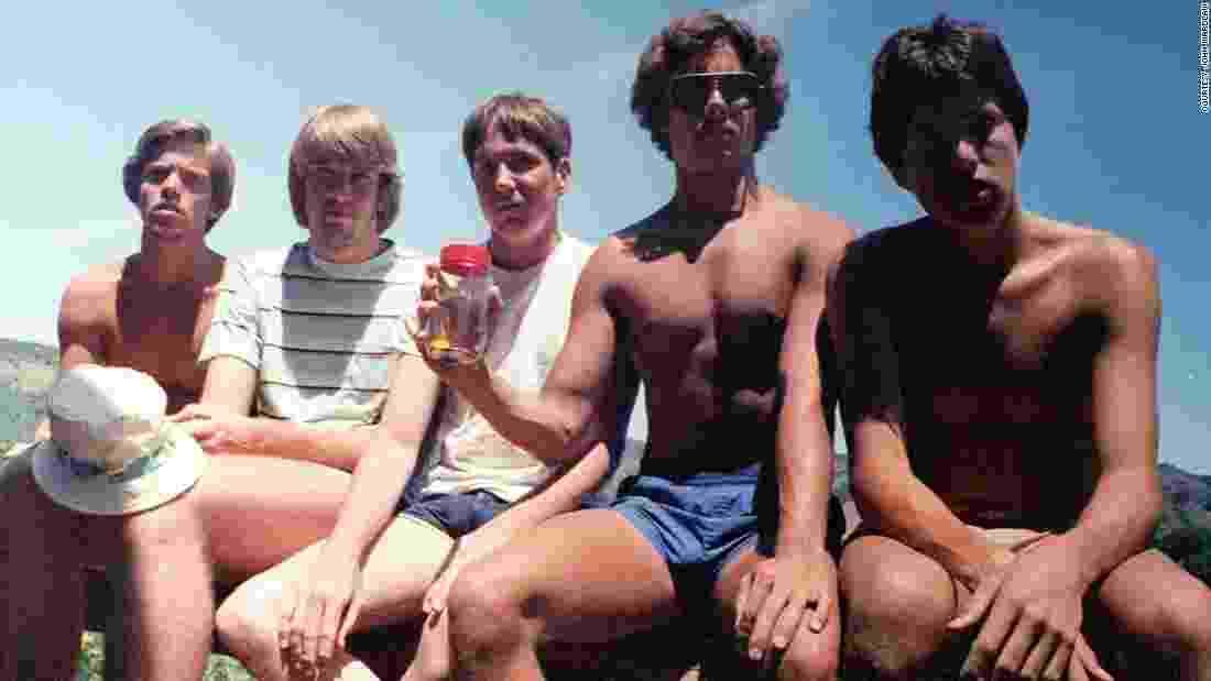 """John """"Wedge"""" Wardlaw, Mark Rumer-Cleary, Dallas Burney, John Molony e John Dickson (da esquerda para a direita) tiraram a mesma foto ao longo de 35 anos - Arquivo Pessoal/John Wardlaw"""