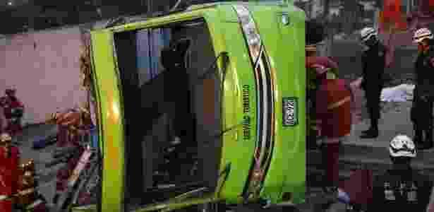 10.jul.2017 - Equipes de resgate trabalham no atendimento a vítimas após acidente com ônibus de turismo no Peru - AFP Photo - AFP Photo