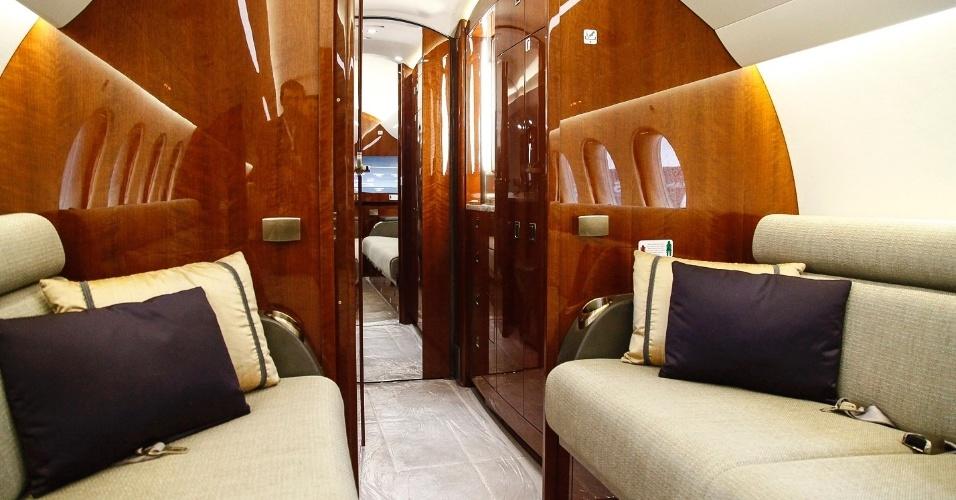 O Dassault Falcon 8X tem capacidade para até 14 passageiros. A cabine interna é dividida em três áreas, além de uma cozinha completa e banheiro. Os dois sofás podem ser abertos e transformados em uma cama de casal