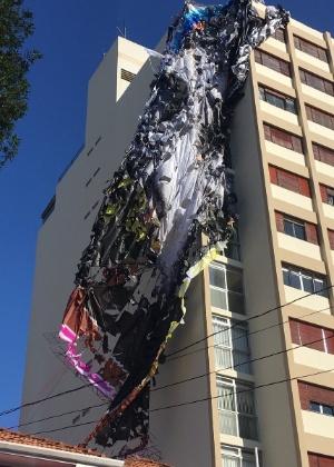 Balão que caiu em prédio na rua Tucuna, em Perdizes