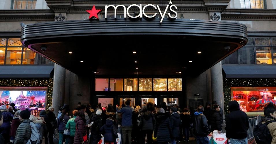 23.11.2017 - Consumidores aguardam a abertura da loja Macy's, em Nova York, nos Estados Unidos, para aproveitar as promoções da Black Friday