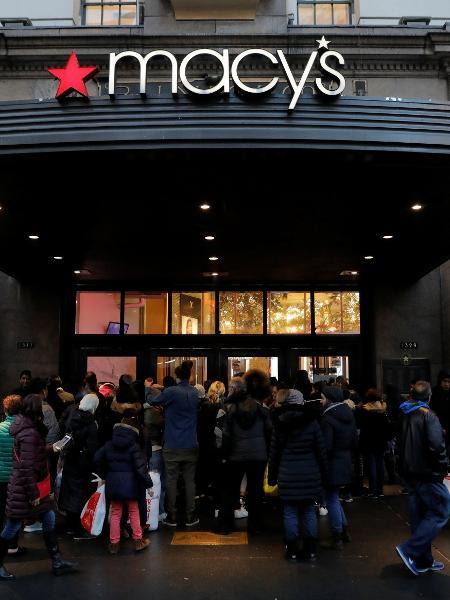 """Consumidores aguardam a abertura da loja Macy""""s, em Nova York, nos Estados Unidos, para aproveitar as promoções da Black Friday - Andrew Kelly/Reuters"""