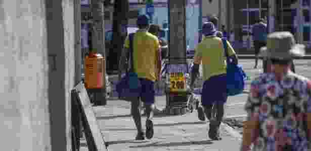 Carteiros trabalham em bairro do Rio de Janeiro - Danilo Verpa/Folhapress