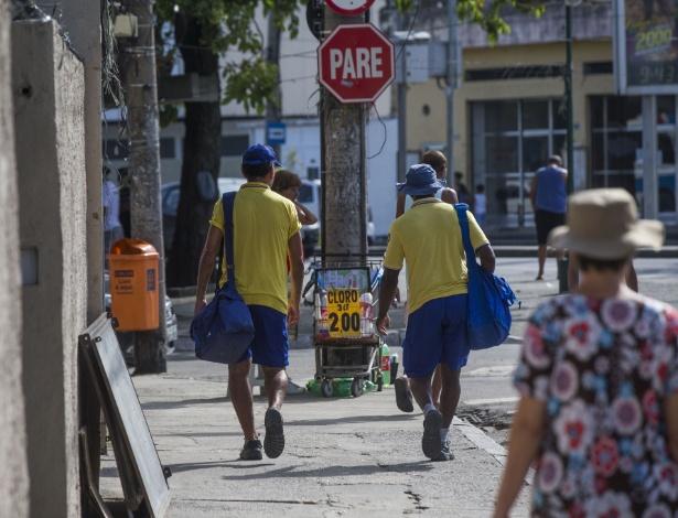 Carteiros trabalham em bairro do Rio de Janeiro