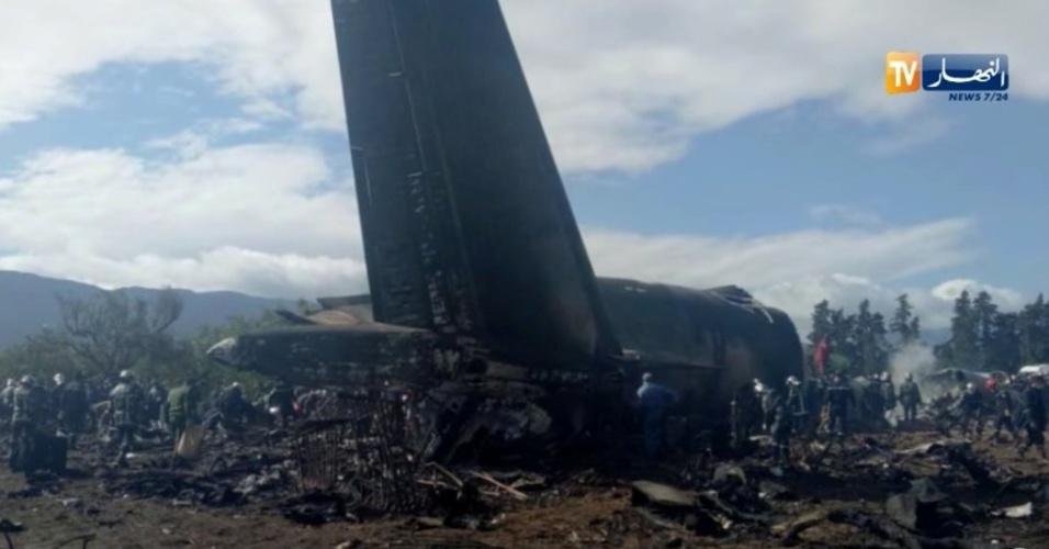 11.abr.2018 - Destroços de avião militar que caiu perto da base aérea de Boufarik, a 30 km de Argel. Ao menos 257 morreram, sendo 247 passageiros e dez tripulantes, segundo o ministério de Defesa do país