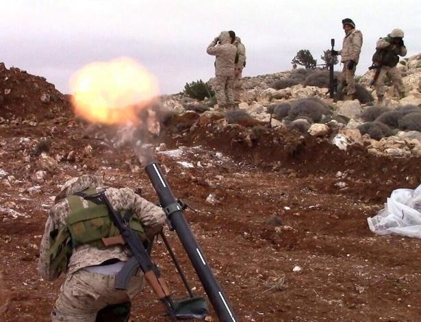 Guerrilheiro do Hezbollah lança morteiro contra área rebelde próxima a Qalamun - Hezbollah Press Office/AFP