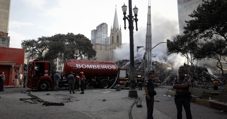Bombeiros combatem chamas em escombros do prédio de 24 andares que pegou fogo e desabou na região do Largo do Paissandu, no centro de São Paulo